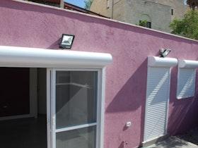 טייח אקרילי, חלונות עם תריסים חיצוניים