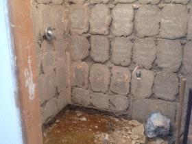חדר אמבטיה יח' הורים בתהליכי השיפוץ