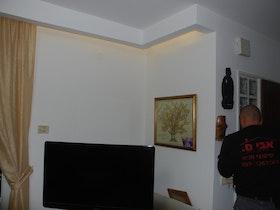 קרניז מסביב לסלון ותאורה נסתרת.