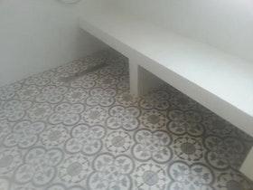 ספסל ישיבה יצוק במקלחת
