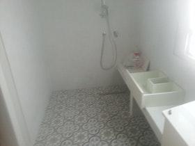 הפיכת חדר שינה למקלחת הורים גדולה